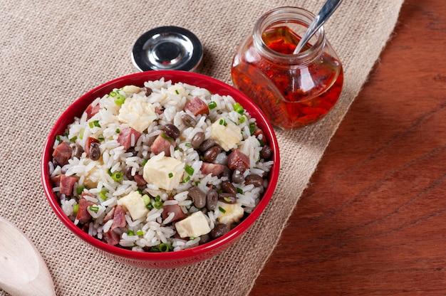 Baiã £ o de dois라는 브라질 음식. 나라 북부에서 매우 흔합니다. 쌀, 콩, 소시지, 레넷 치즈로 만들었습니다.