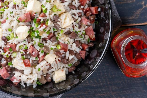 브라질 음식. 나라 북부에서 매우 흔합니다. 쌀, 콩, 소시지, 레넷 치즈로 만들었습니다.