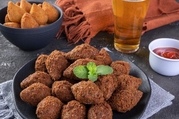 コシーニャと揚げたキッベを使ったブラジルの揚げたおいしいスナックミックス。