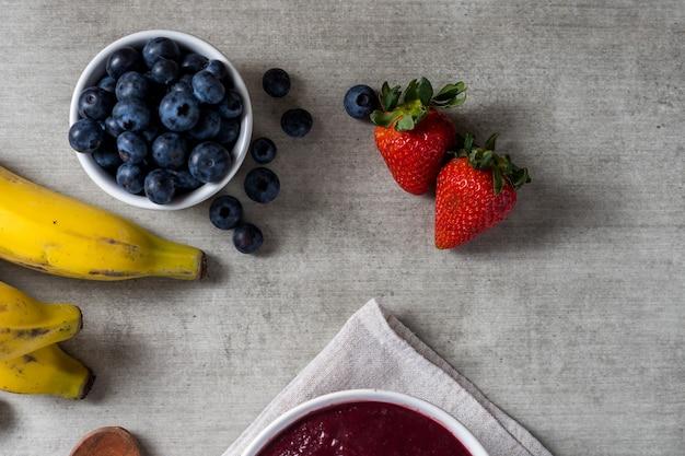 ブラジルの冷凍aã§aiベリーアイスクリームボウル。木製の背景に果物と。夏のメニューの上面図。閉じる。