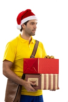 Бразильский почтальон в костюме санта-клауса, доставляющий подарок на белом фоне. копировать пространство.