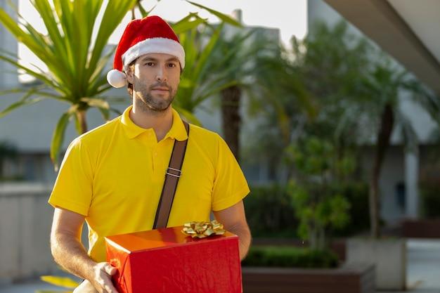 サンタクロースに扮したブラジルの郵便配達員が贈り物を届けます。
