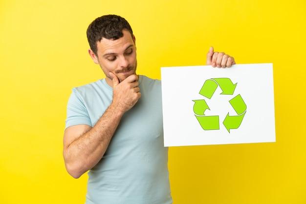 Бразильский мужчина держит плакат