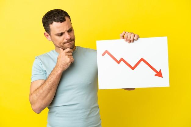 감소 통계 화살표 기호와 생각으로 기호를 들고 고립 된 보라색 배경 위에 브라질 남자