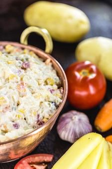 브라질 마요네즈, 다진 야채, 야채 및 과일을 곁들인 마요네즈