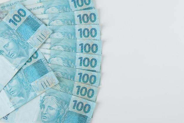 ブラジルのお金。 100レアル紙幣。スペースをコピーします。