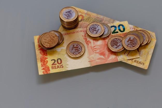 テキスト用のスペースのあるブラジルの紙幣と硬貨