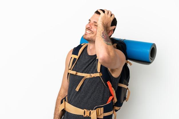Бразильский альпинист с большим рюкзаком на изолированном белом фоне кое-что понял и намеревается найти решение