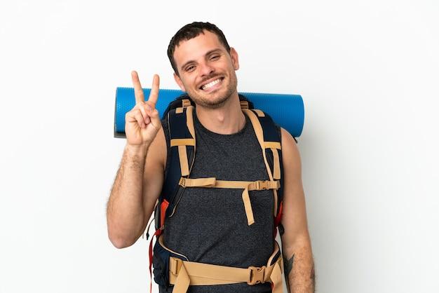 大きなバックパックを持つブラジルの登山家の男
