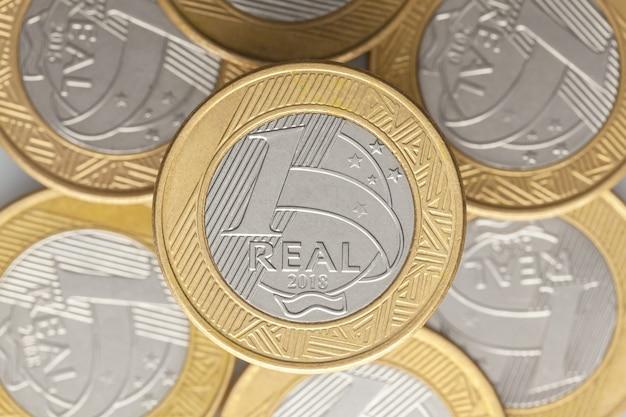 ブラジルの 1 つのリアル コインの背景