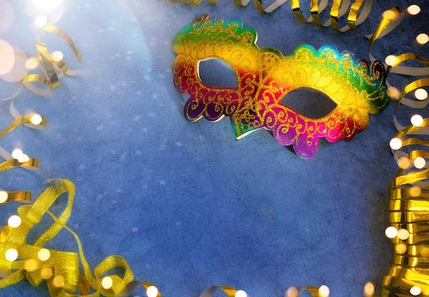 黄金の蛇紋岩と暗い背景にブラジルまたはベネチアのカーニバルの色とりどりのマスク