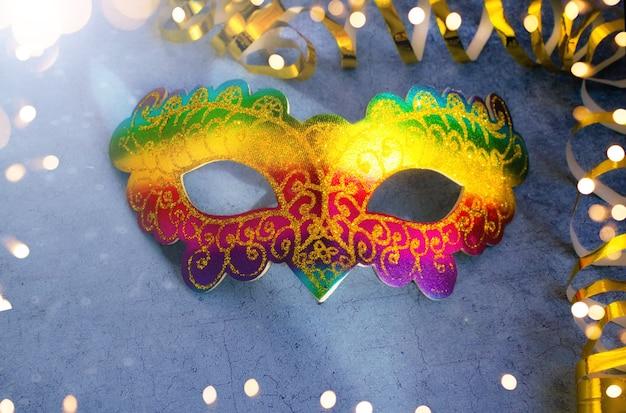 ブラジルまたはベネチアのカーニバル明るい色とりどりのマスクが黄金の蛇紋岩でクローズアップ