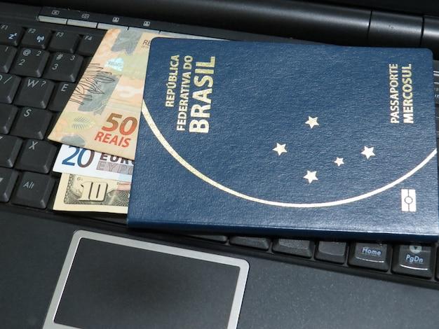 브라질 여권과 브라질, 유럽 및 미국 돈.