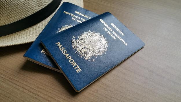 나무 테이블에 브라질 여권