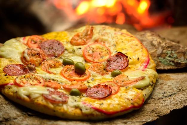 ブラジルのピザ石窯で手作りのピザ