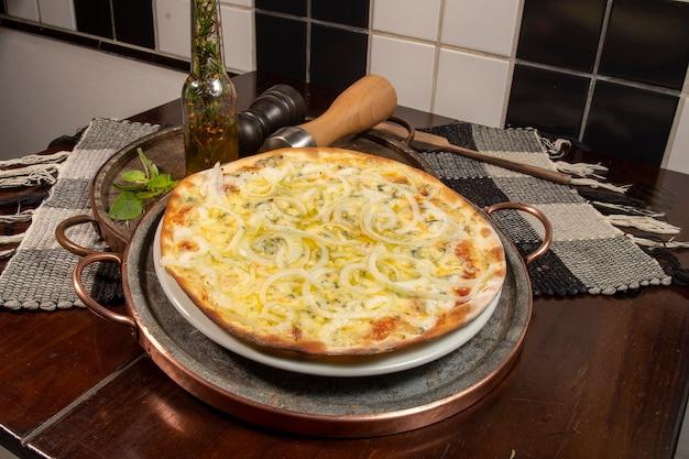 Бразильская пицца с 4 сырами и луком, вид сверху