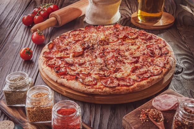 モッツァレラチーズ、カラブレーゼソーセージ、オレガノのブラジル風ピザ(pizza de calabresa)