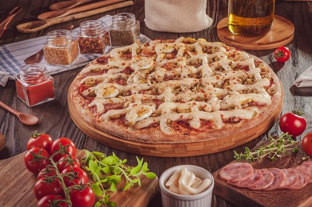 モッツァレラチーズ、カラブレーゼソーセージ、卵、カトゥピリ、オリーブ、オレガノを使ったブラジル風ピザ(pizza especial de calabresa)