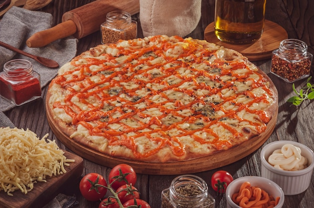 モッツァレラチーズ、プロヴォローネ、パルメザンチーズ、カトゥピリ、チェダーチーズ、ゴルゴンゾーラの6種類のチーズを使ったブラジルのピザ(pizza seis queijos)