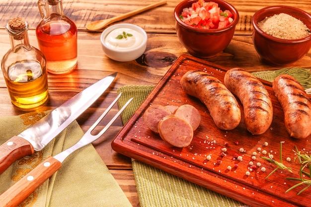 Bbq 포크와 나이프를 곁들인 브라질 돼지 고기 소시지
