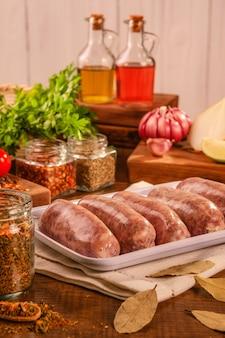 향신료와 재료와 흰 접시에 chimichurri와 브라질 돼지 고기 소시지