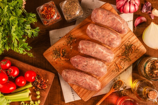 향신료와 재료로 나무 절단에 chimichurri와 브라질 돼지 고기 소시지