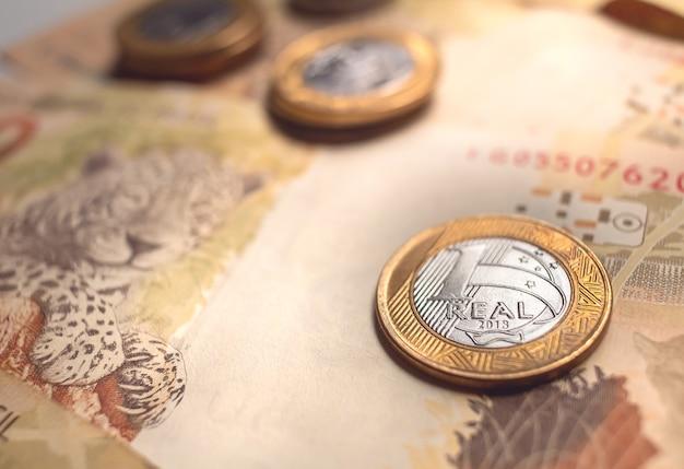 브라질 금융 및 경제 개념을 위한 근접 촬영 사진에 있는 브라질 실제 지폐와 동전