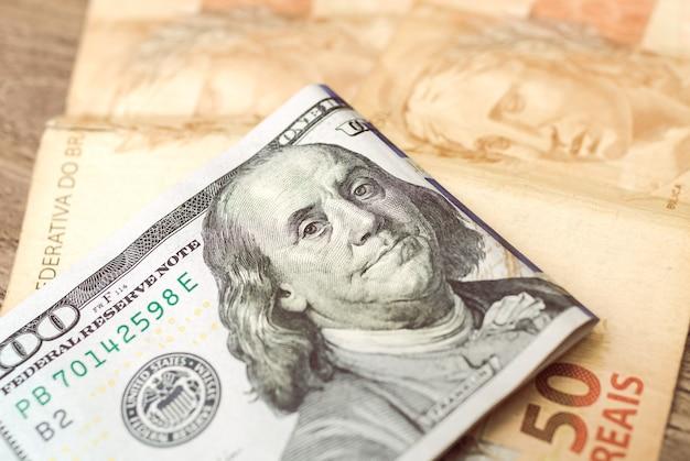 외환 시장 개념을 위한 브라질 실제 지폐와 미국 달러 지폐