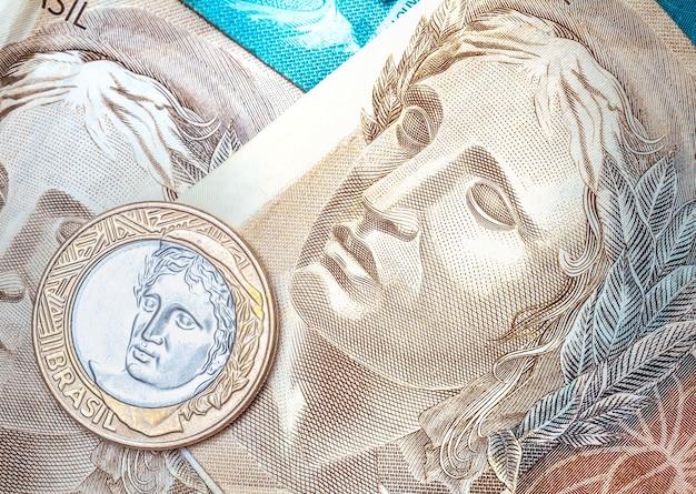 ブラジルの経済と金融の概念のためのマクロ写真におけるブラジルのレアル紙幣
