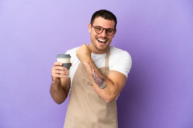 Официант бразильского ресторана на изолированном фиолетовом фоне празднует победу