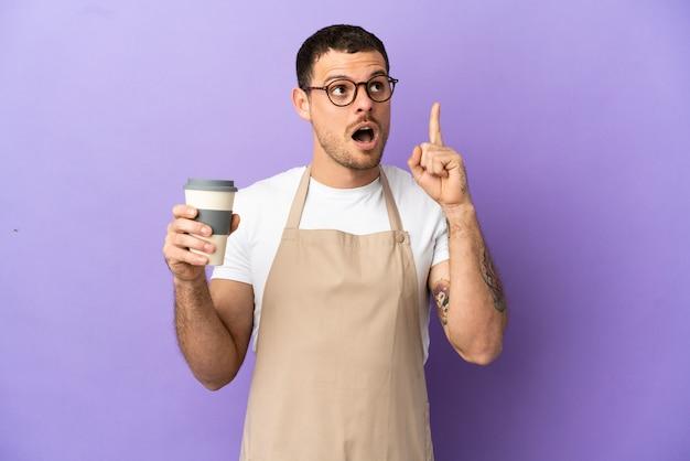 指を上に向けるアイデアを考えて孤立した紫色の背景の上のブラジル料理レストランウェイター