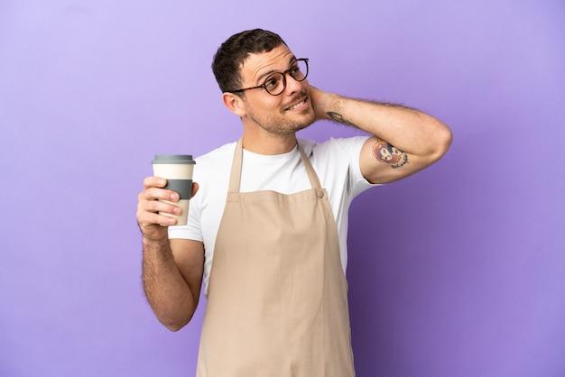 Официант бразильского ресторана на изолированном фиолетовом фоне, думая об идее