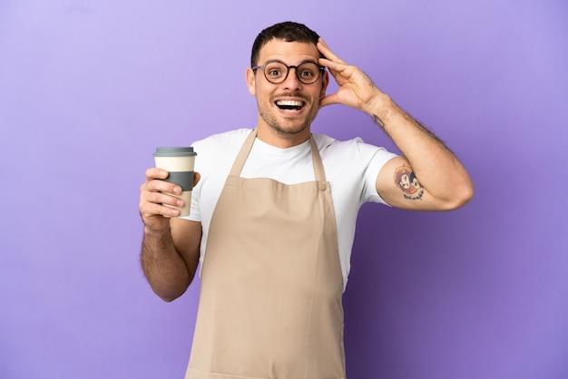 Официант бразильского ресторана на изолированном фиолетовом фоне с удивленным выражением лица