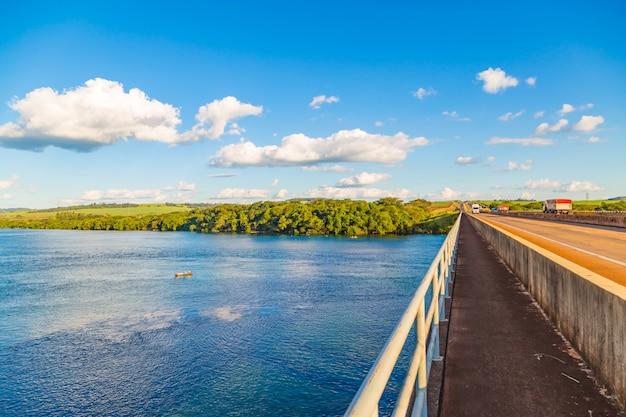 Бразильская река с растительностью