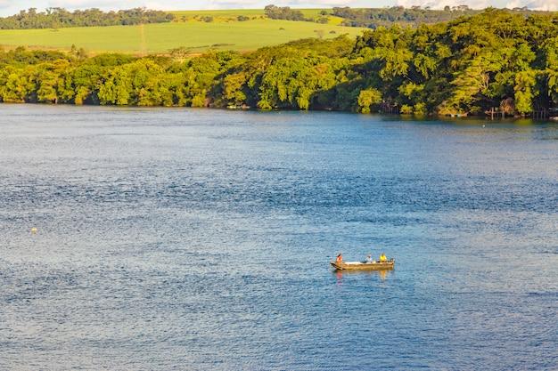 Бразильская река с растительностью Premium Фотографии