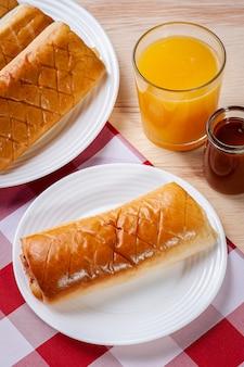 Жареная бразильская закуска с начинкой из мяса гамбургера, ветчины и томатного соуса