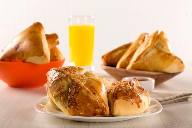 Бразильская закуска, обжаренная с сырной ветчиной на деревянной поверхности