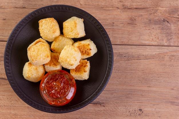 コールホチーズとタピオカ粉とペッパージャムで作ったタピオカのブラジルスナック