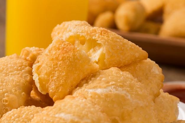 바가 배경에있는 브라질 스낵. 나무 배경에 치즈 과자입니다.