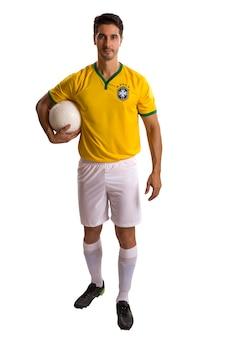 白いスペースで祝うブラジルのサッカー選手。