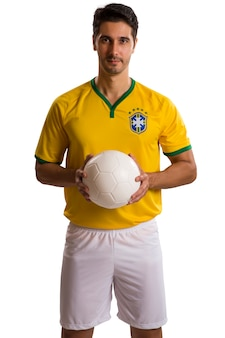 Бразильский футболист, празднуя на белом пространстве.