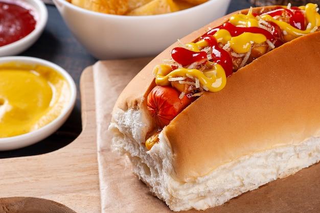 マスタード、ケチャップ、ポテトストローを添えたブラジル風ホットドッグ。
