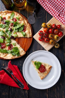 모짜렐라 치즈, 썬드라이 토마토, 루꼴라를 곁들인 브라질식 피자. 평면도.