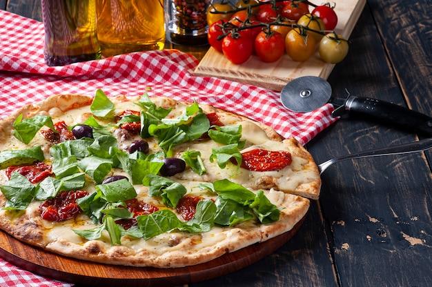 모짜렐라 치즈, 썬드라이 토마토, 루꼴라를 곁들인 브라질식 피자.