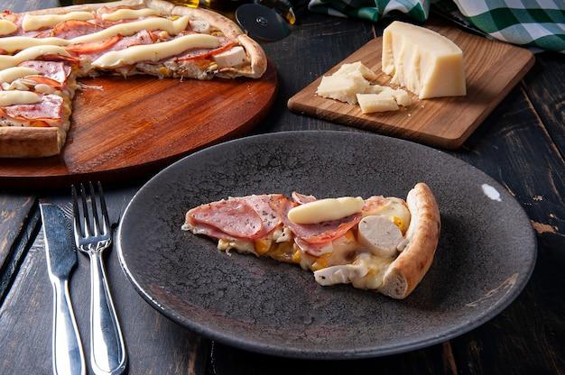 모짜렐라치즈와 야자수, 옥수수가 들어간 브라질식 등심 피자. 크림치즈를 토핑한 프리미엄 사진