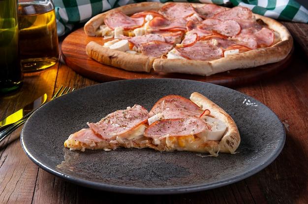 모짜렐라, 야자수, 옥수수를 곁들인 브라질 스타일 등심 피자