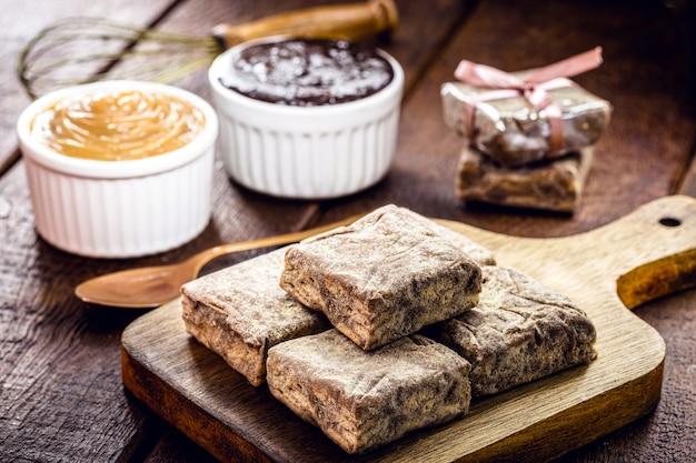 チョコレート、コーンスターチクッキー、ドゥルセデレッシュ、ココア、砂糖で作られた「イタリアンストロー」と呼ばれるブラジルのスイーツ。