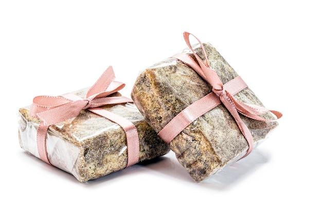 チョコレート、ドゥルセ・デ・レチェ、ココアで作った「イタリアンストロー」と呼ばれるブラジルのスイーツ。孤立した白い背景