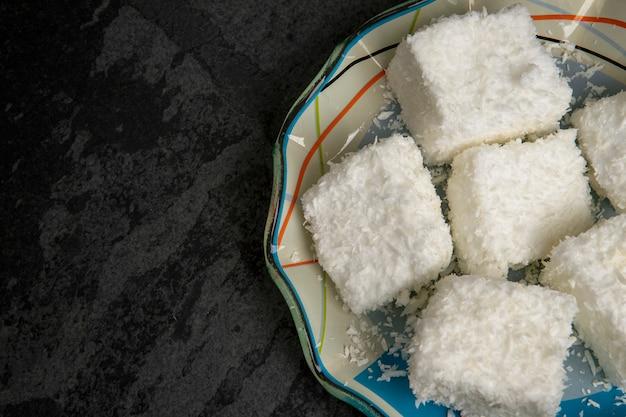 黒い背景にマリアモールと呼ばれるブラジルの甘い