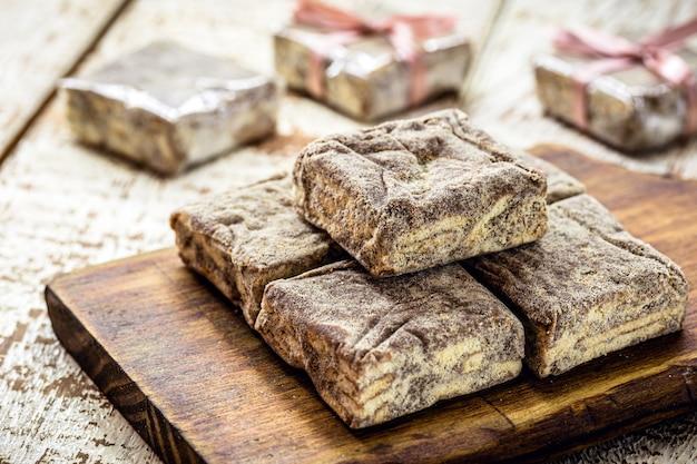 チョコレート、コーンスターチクッキー、ドゥルセデレッシュ、ココア、砂糖で作られた「palhaitaliana」と呼ばれるブラジルのスイーツ。